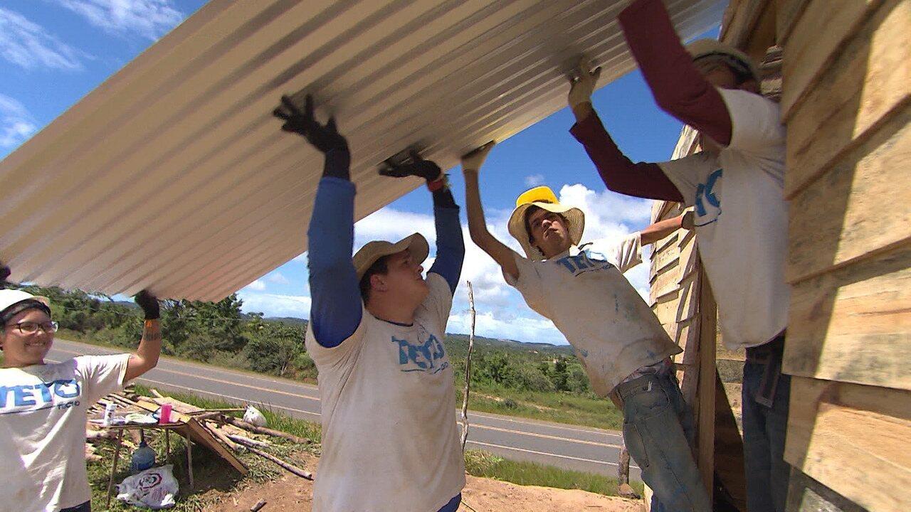 Equipe de voluntários constrói casas de emergência para quem mora em situação risco