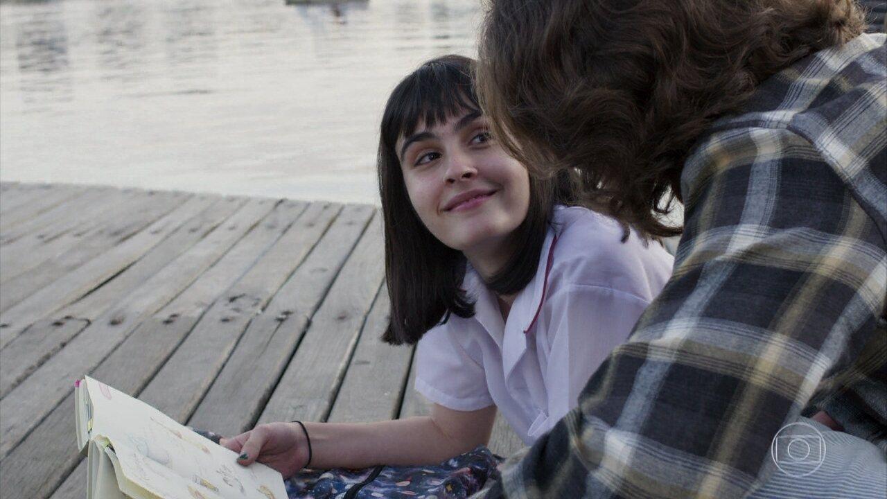 Bebeth mostra livro de receitas para Márcio