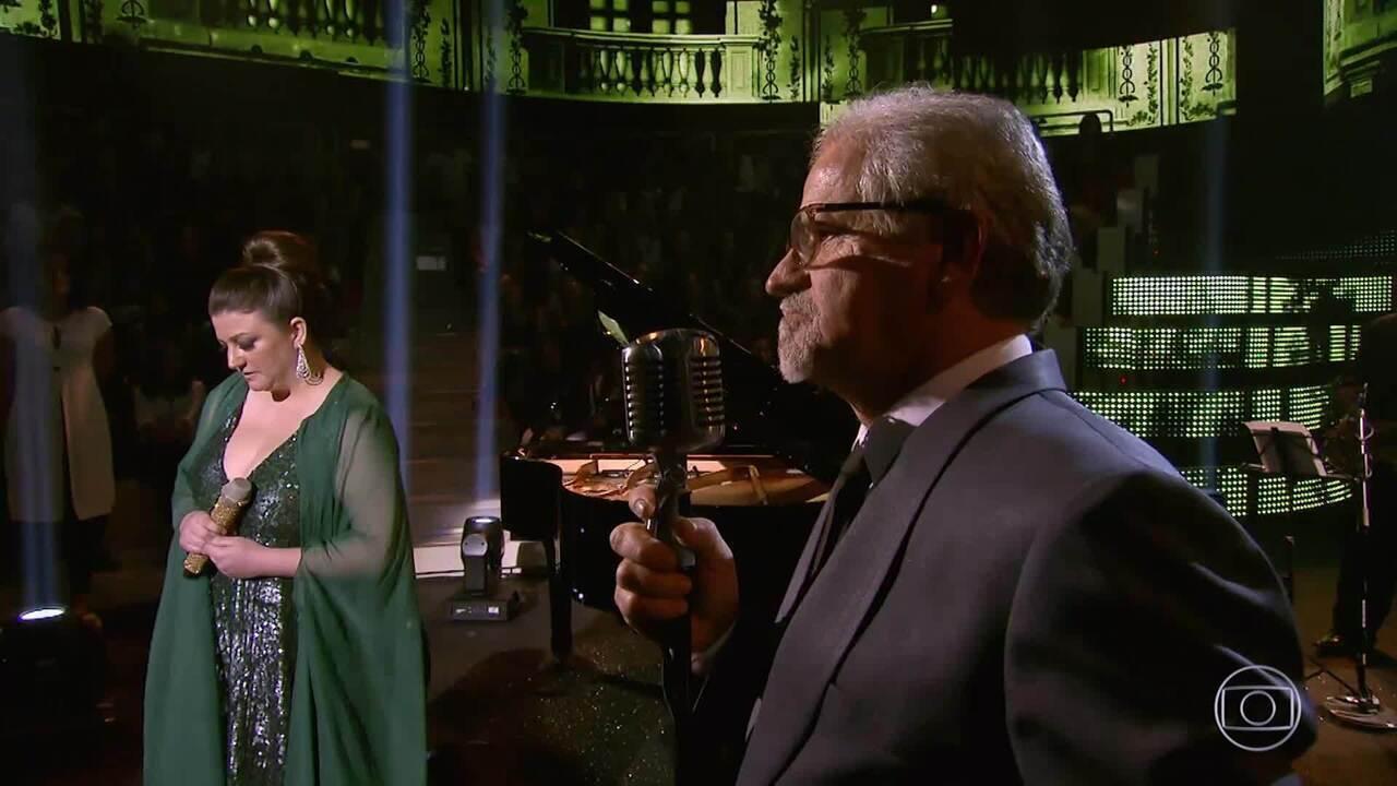 Seu Ilto e Evelin encarnam Nat King Cole e Natalie Cole no palco do Caldeirão
