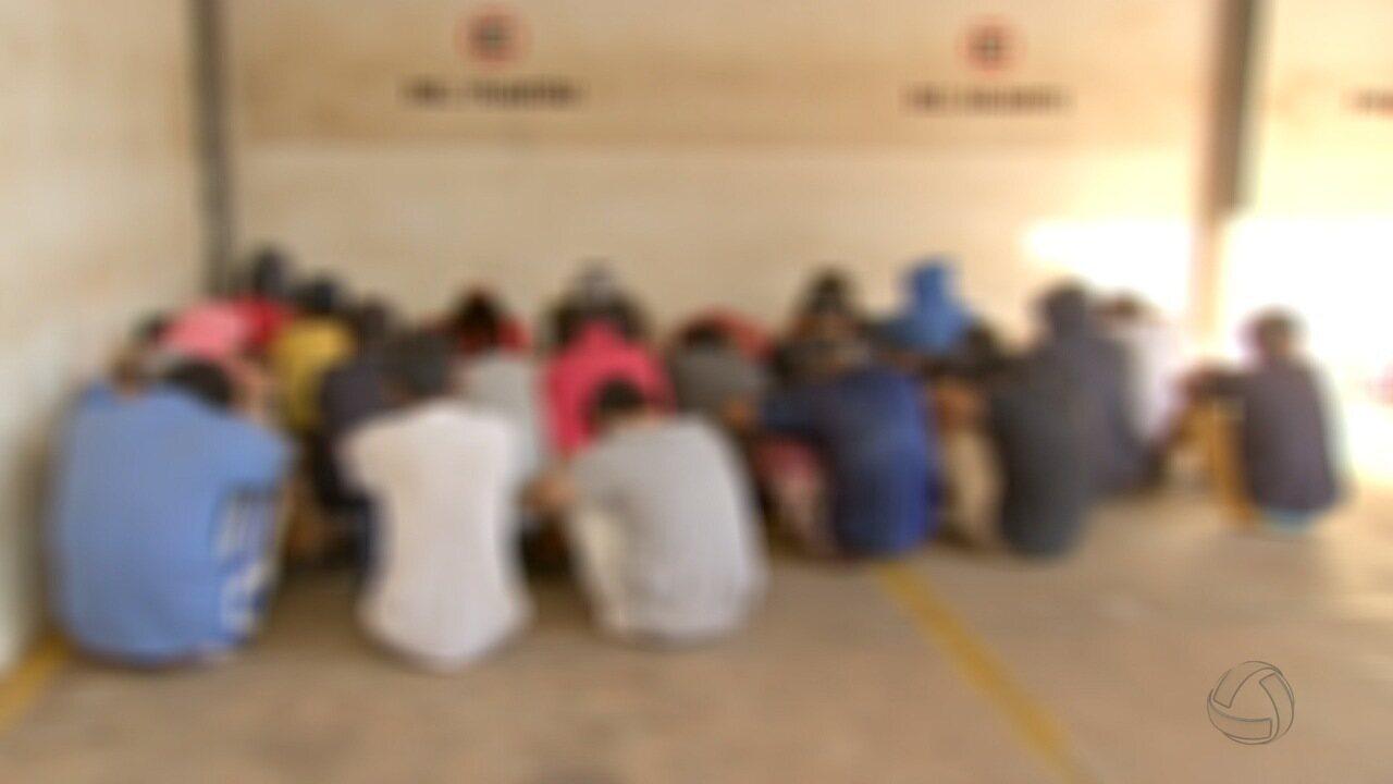 Festa em tabacaria com bebidas e droga termina com 26 pessoas na delegacia em Campo Grande
