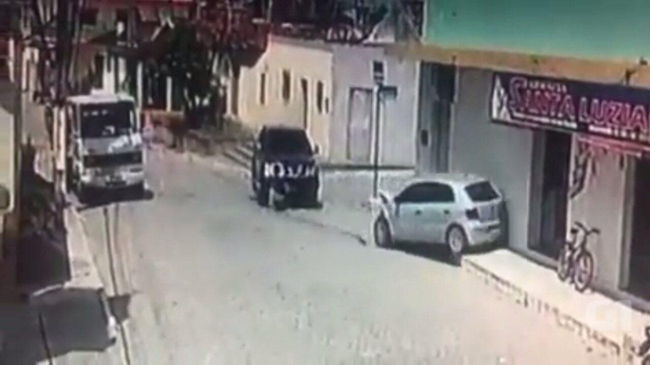 Caminhonete bate em carro parado e foge, na cidade de Sertãozinho, Paraíba