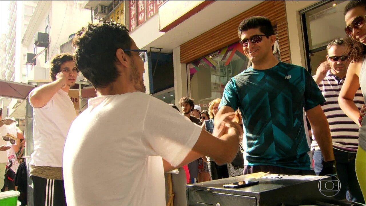 Cariocas fazem 'esfihaço' em apoio a sírio hostilizado ao vender comida