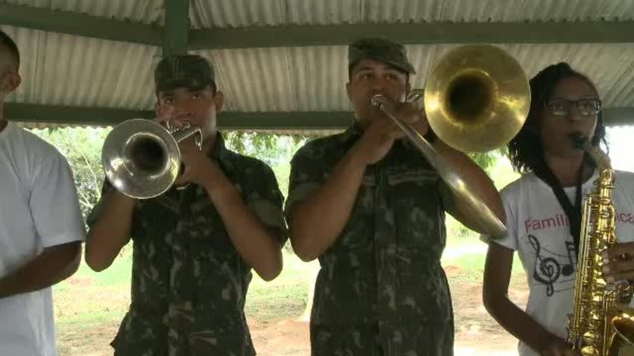 Apaixonado por música, pai ensina os seis filhos a tocar um instrumento em Rio Branco