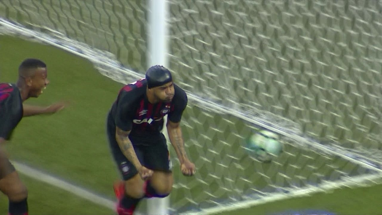 Gol do Atlético-PR! Guilherme levanta, e Thiago heleno cabeceia pra virar, aos 6' do 2º t