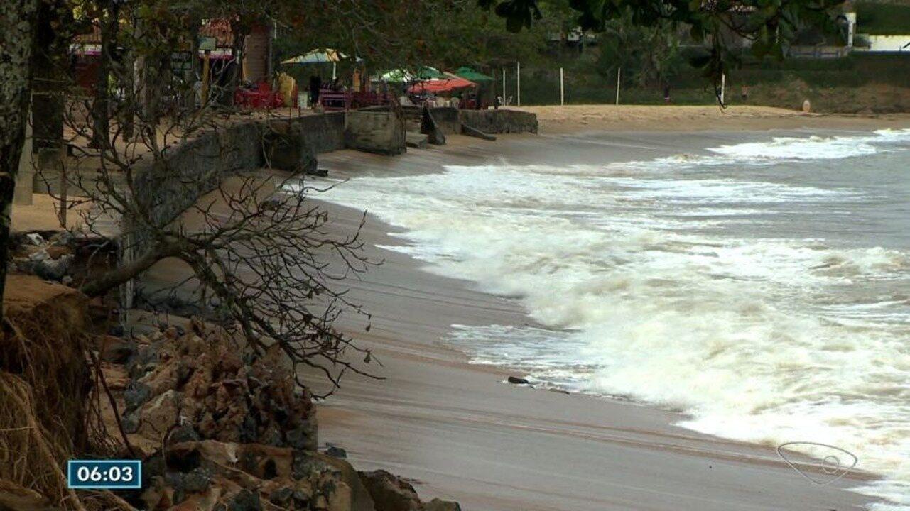 Praia de Meaípe, em Guarapari, é interditada por causa do avanço do mar