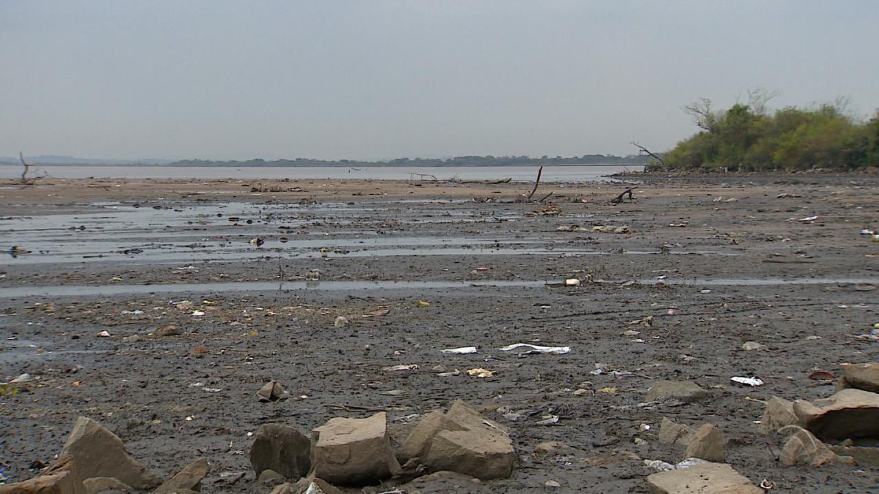 Após recuo do Guaíba, acúmulo de lixo assusta