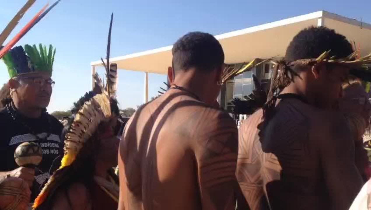 Índios cantam em vigília à frente do STF