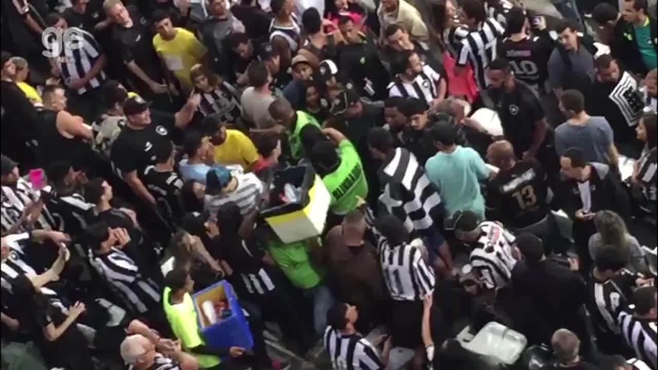 Torcedora do Flamengo na torcida do Botafogo é retirada