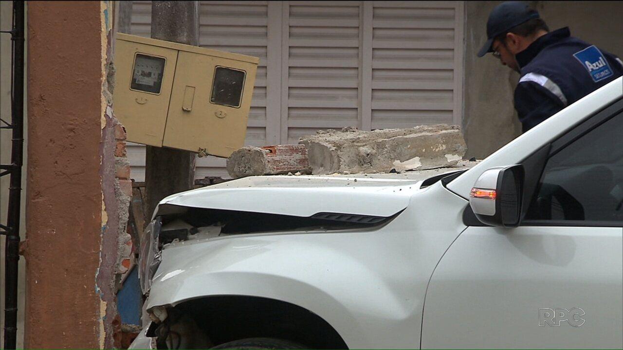 Motorista perde controle e derruba muro de casa, no Novo Mundo, em Curitiba