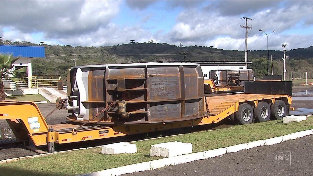 Sem escolta da PRF, indústria corta equipamentos ao meio para poder transportá-los