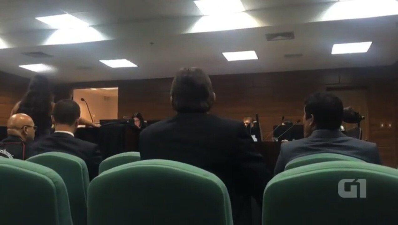 Desembargador ameaça deixar audiência por causa da roupa de advogada, em Goiânia