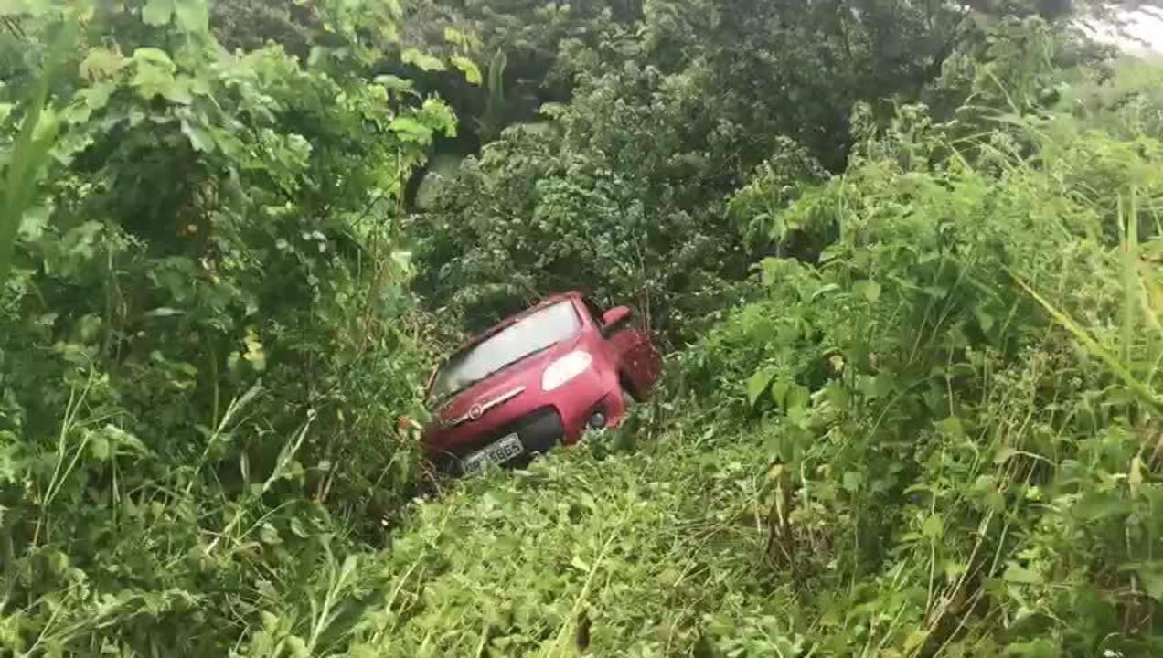 Carro caiu em ribanceira e ficou preso em mata