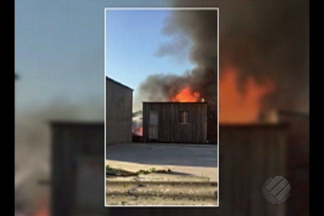Incêndio atinge sete casas no canal Água Cristal, no bairro da Marambaia, em Belém