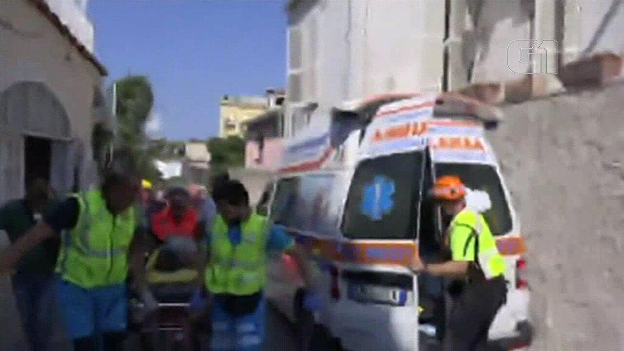 Criança é resgatada dos escombros após tremor de terra na Itália