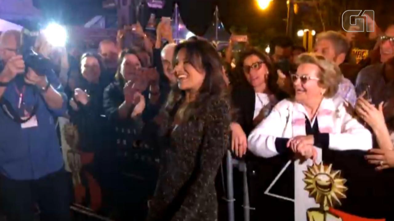 Dira Paes recebe o carinho dos fãs no tapete vermelho do Festival de Cinema de Gramado