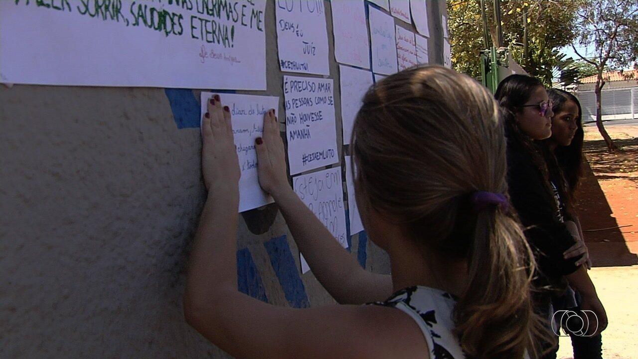 Amigos fazem homenagem a estudante morta a facadas por vizinho, em Goiânia