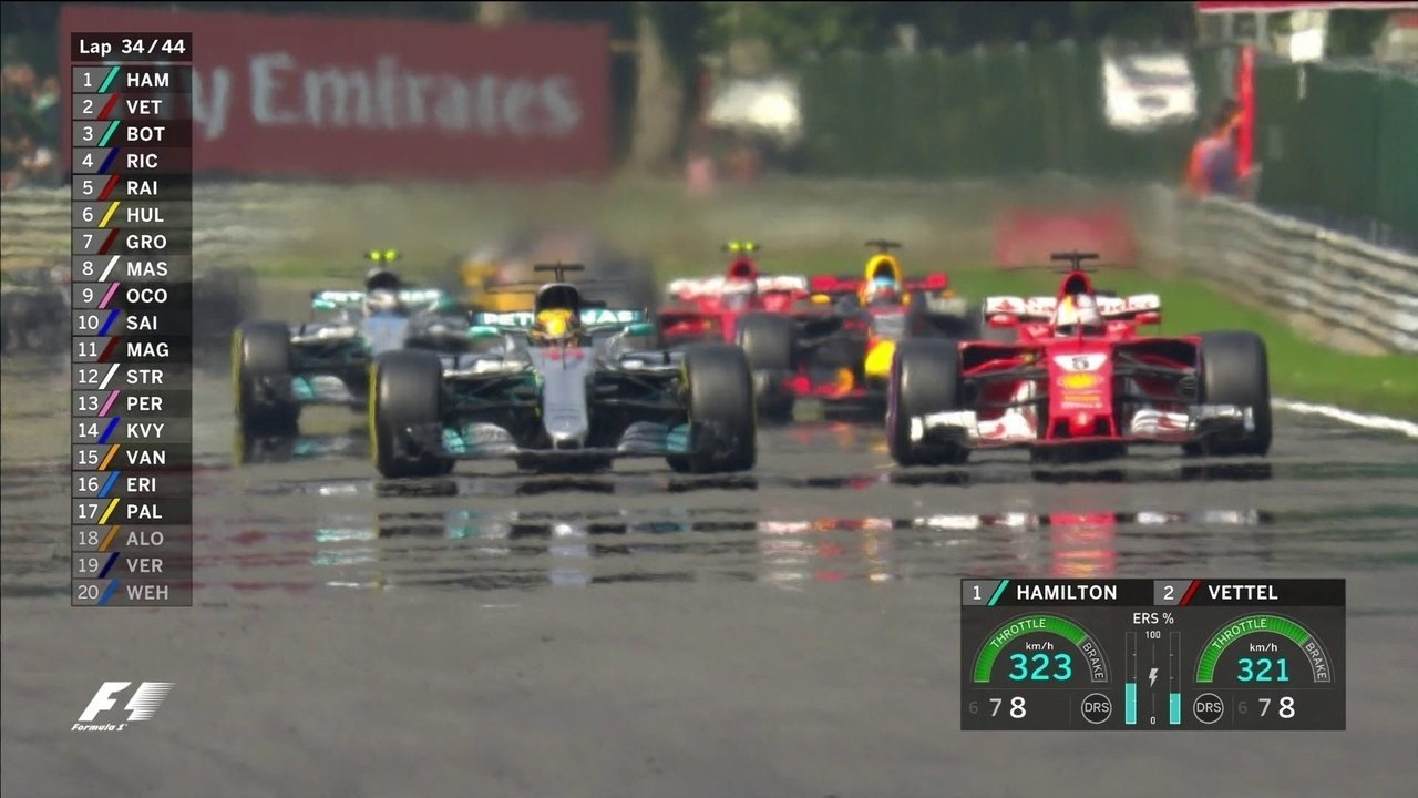 Na relargada, Vettel tenta usar o vácuo para passar, mas Hemailton segura bem a 1º posição