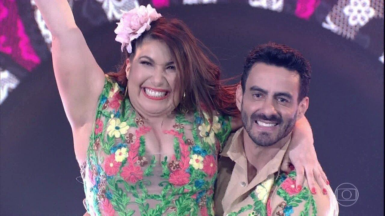 Mariana Xavier e Léo Santos são aplaudidos de pé pela plateia