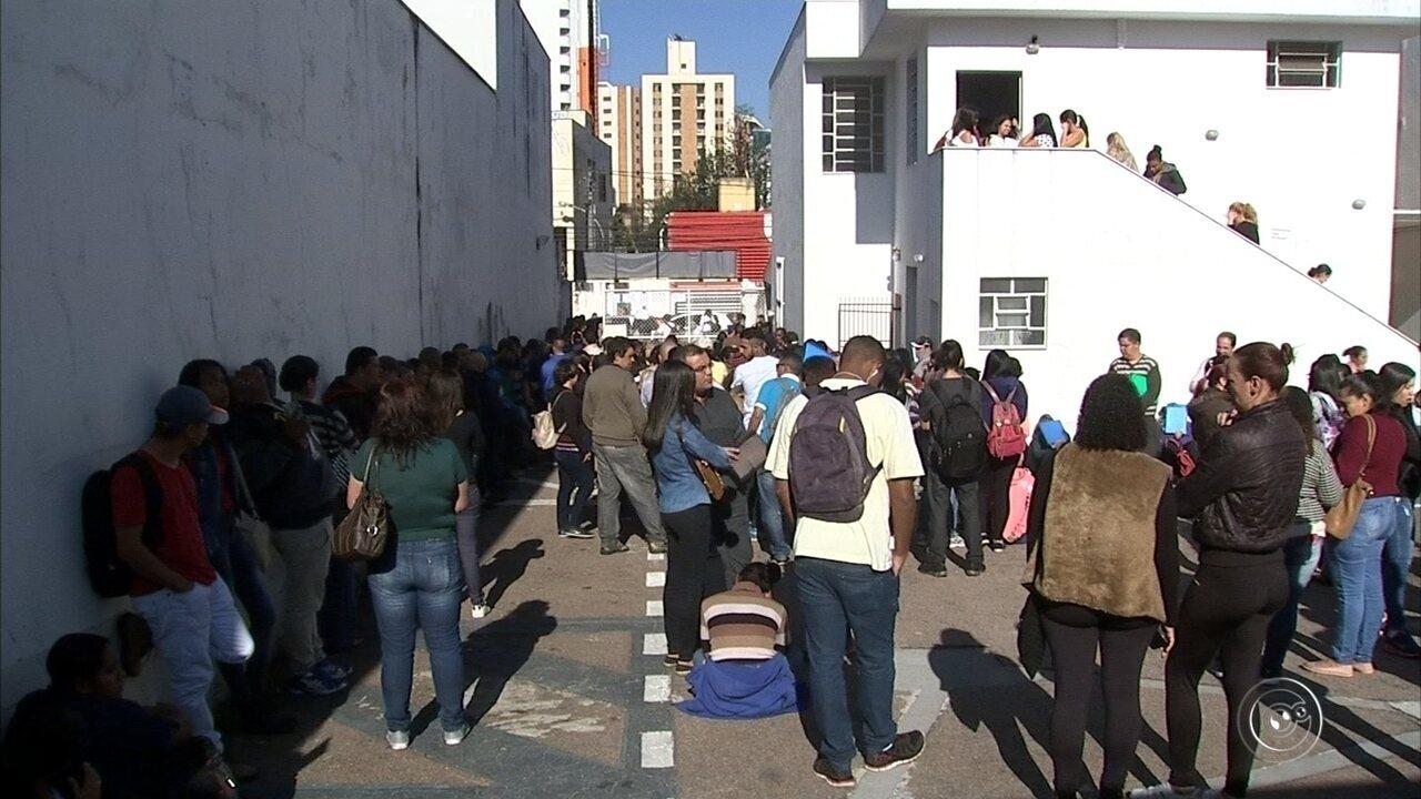Milhares de pessoas voltam a fazer fila em busca de vaga em supermercado de Jundiaí