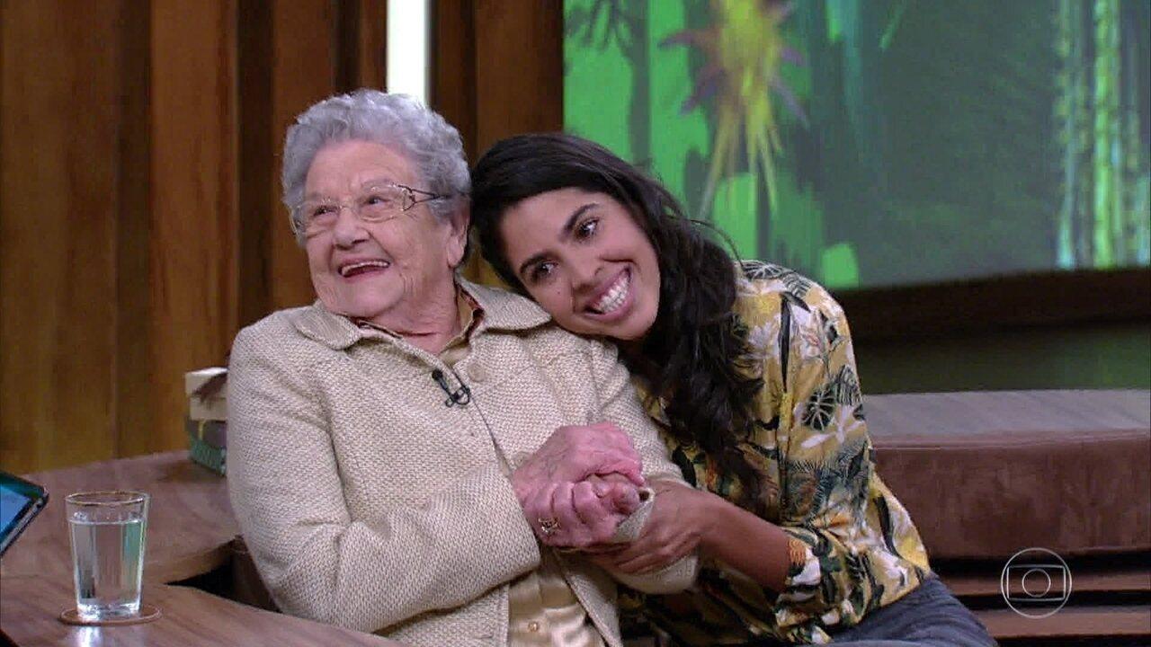 Bela Gil e Palmirinha Onofre trocam presentes no 'Conversa com Bial'