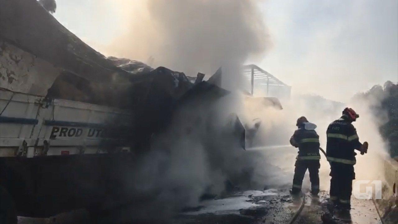 Bombeiros combatem incêndio após acidente com 36 veículos na Carvalho Pinto