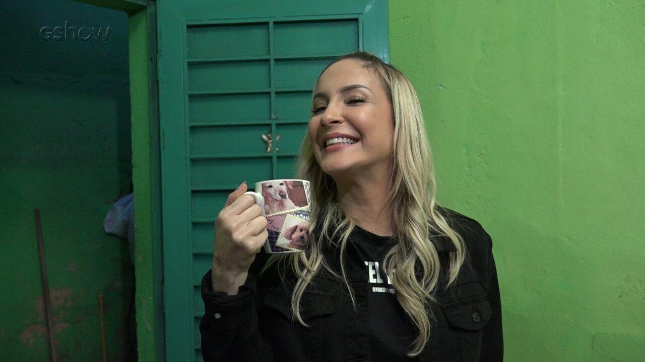 Claudia Leitte apronta travessuras na casa de fã