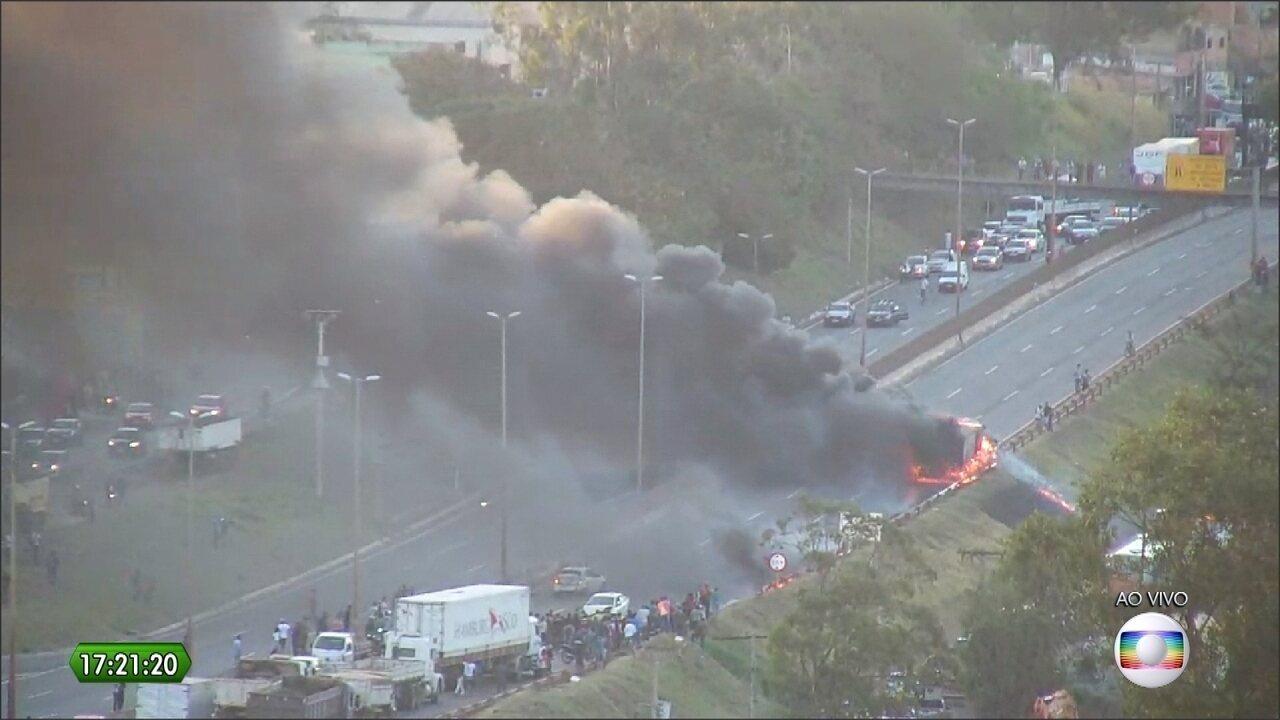 Caminhão se envolve em acidente e pega fogo no Anel Rodoviário de Belo Horizonte