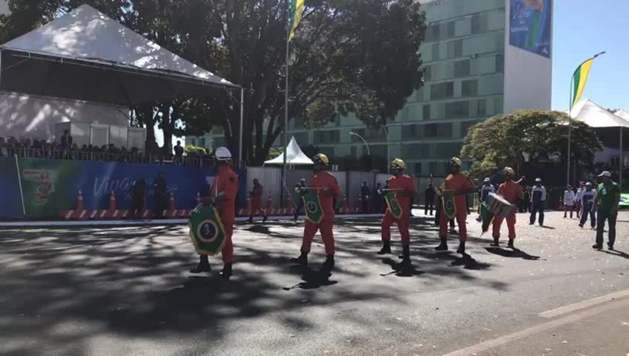 Tocha do Fogo Simbólico abre o desfile de 7 de Setembro, em Brasília.