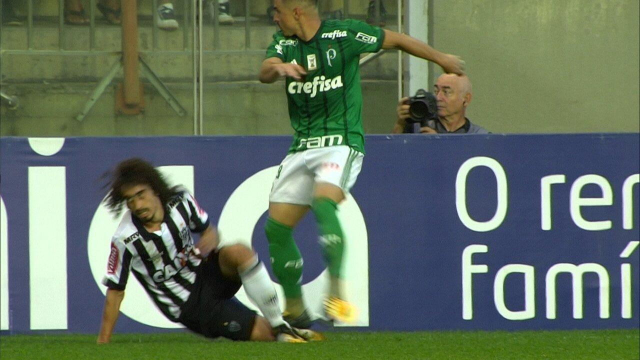 Willian e Valdívia disputaram bola na lateral, no segundo tempo da partida em Belo Horizonte