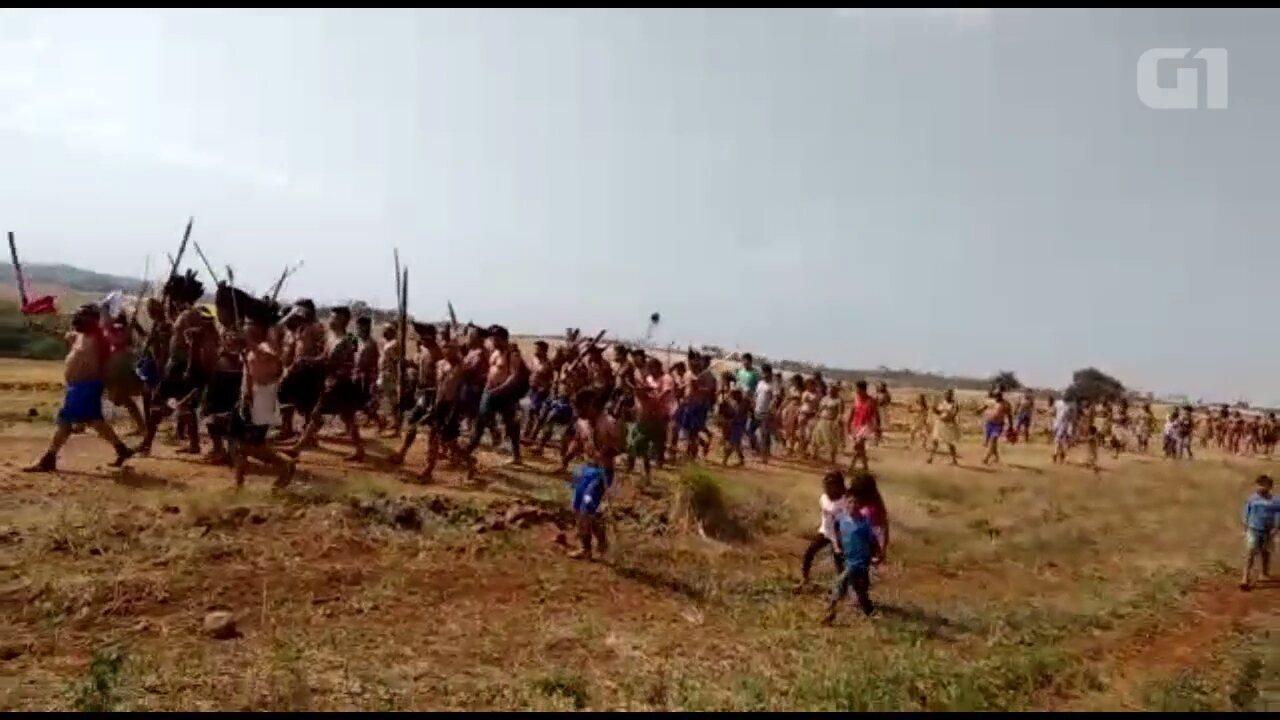Resultado de imagem para 200 índios invadem fazenda em Tamarana, com arcos e flechas