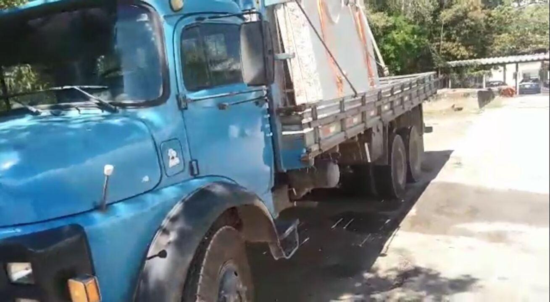 Caminhão com carga irregular de granito é flagrado na BR-101 no Sul do ES