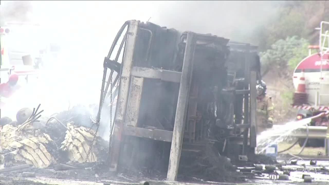 Motorista morre carbonizado após carreta tombar e pegar fogo na BR-393, em Sapucaia, RJ