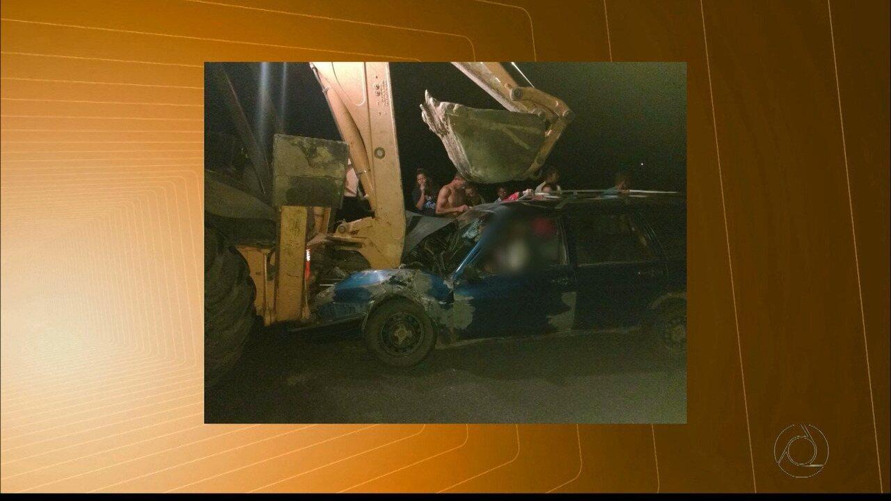 Idoso fica ferido em colisão entre carro e retroescavadeira na PB