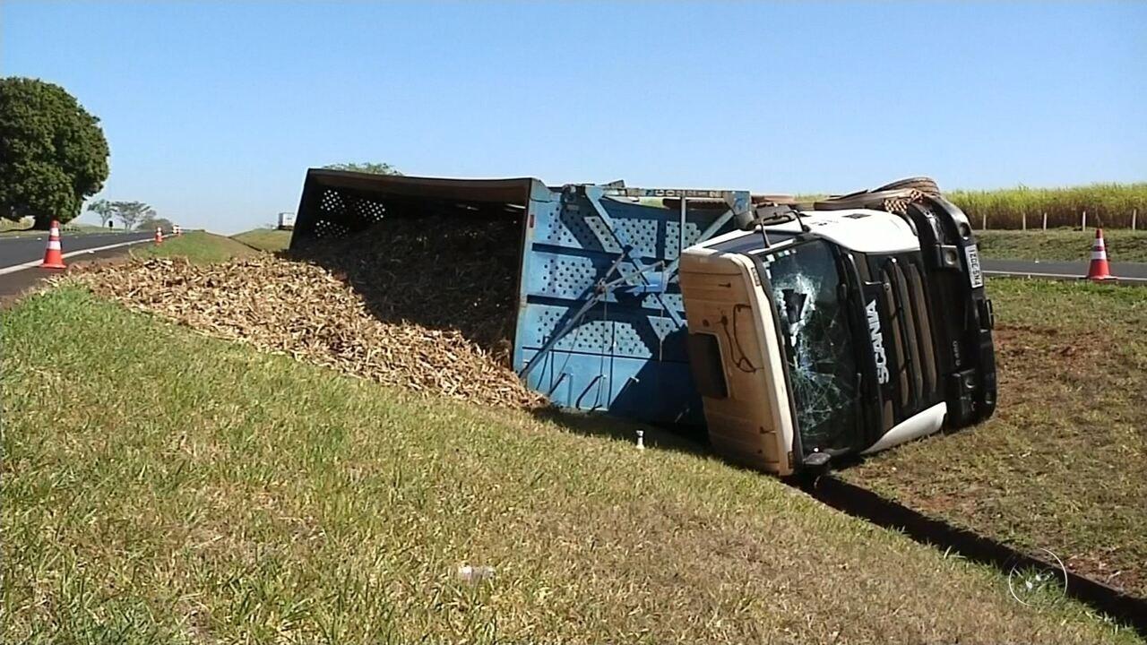 Caminhão carregado de cana tomba em rodovia de Catanduva