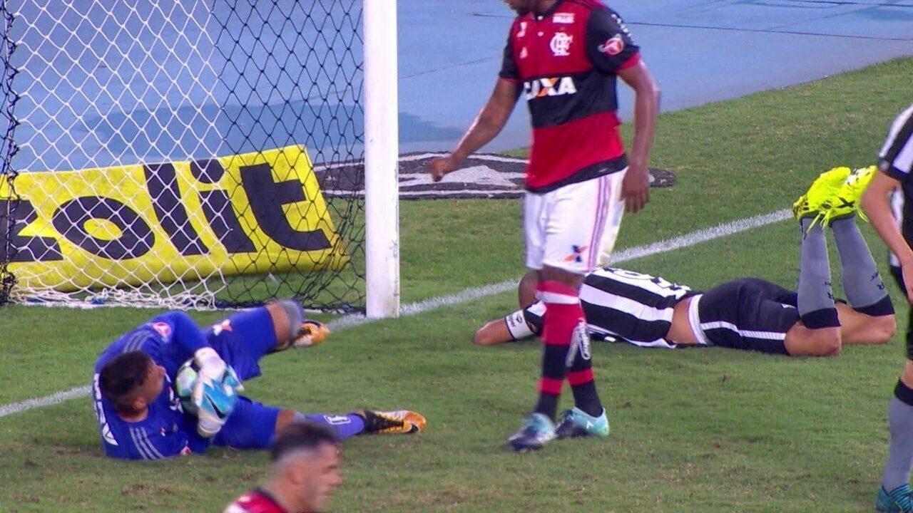 Confira os lances em que Diego Alves foi exigido contra o Botafogo