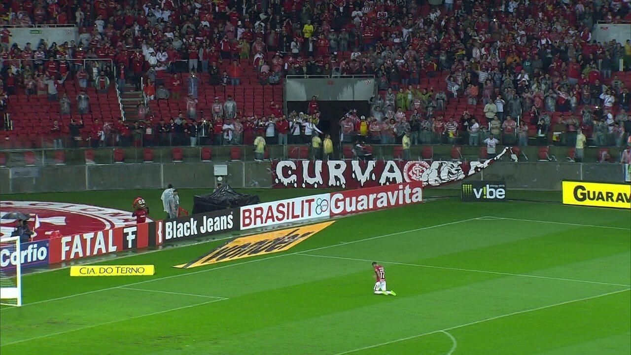 Após Internacional vencer o Figueirense, lateral direito, Alemão, anda de joelhos no campo