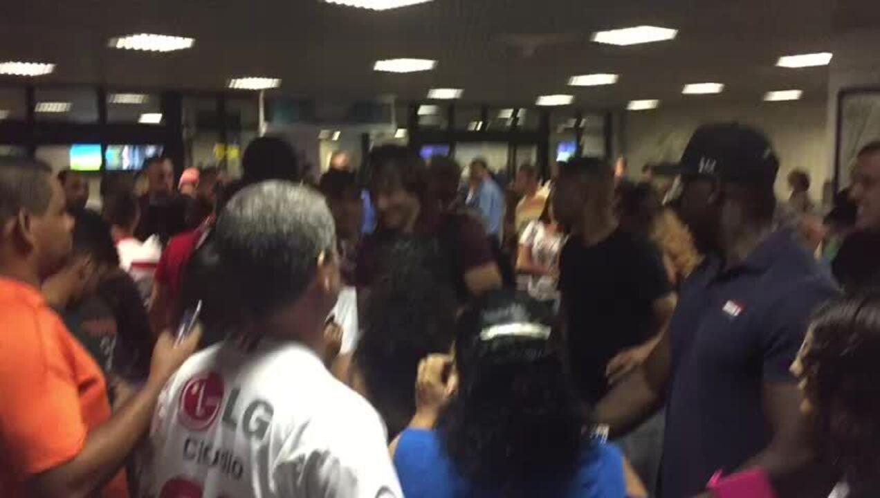 Lugano atende aos fãs na chegada do São Paulo a Salvador