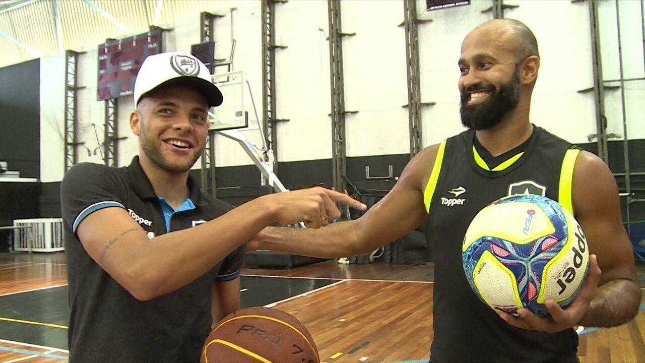 Guilherme, atacante do Botafogo, encontra Arnaldinho, armador do time de basquete alvinegro