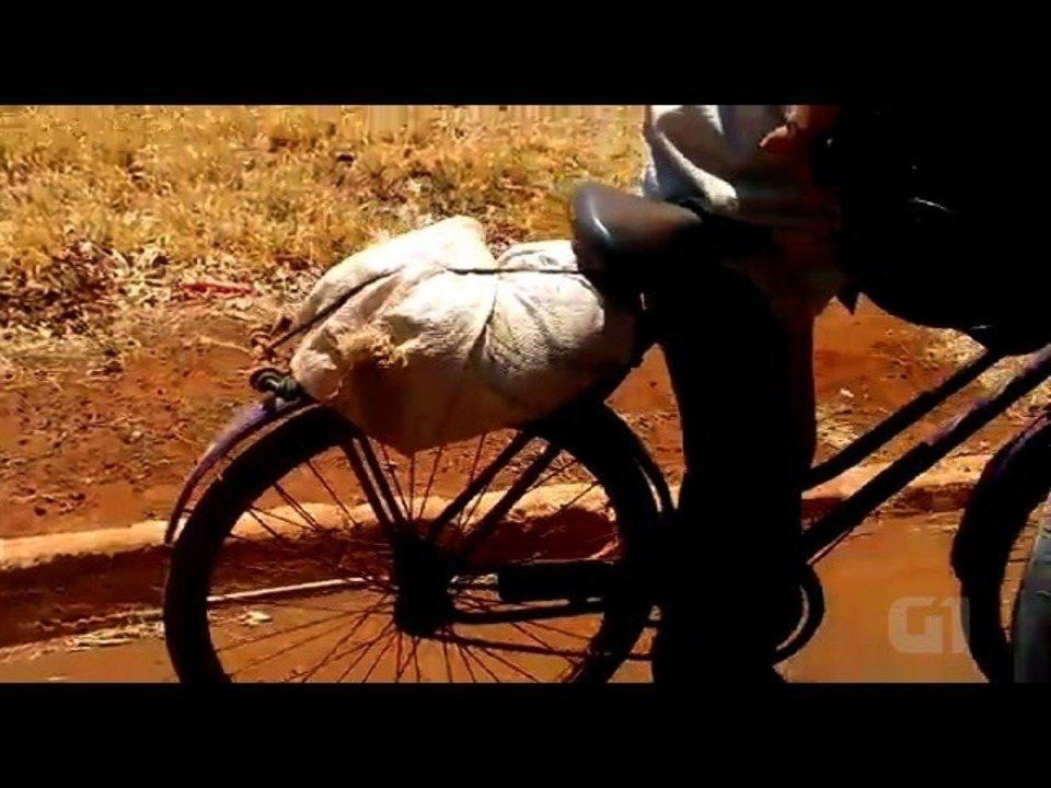 Bolsa Para Levar Cachorro Na Bicicleta : Homem revolta moradores ao levar cachorro dentro de saco