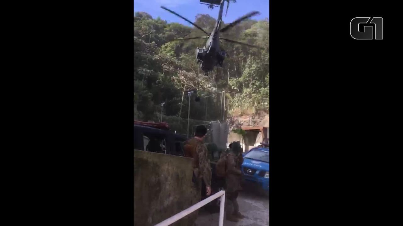 Helicóptero militar deixa tropas no alto da Rocinha, no Rio