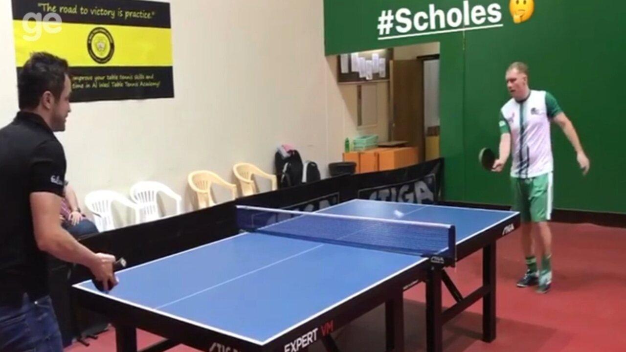 Em Dubai, Falcão e Paul Scholes brincam de ping-pong; veja o vídeo