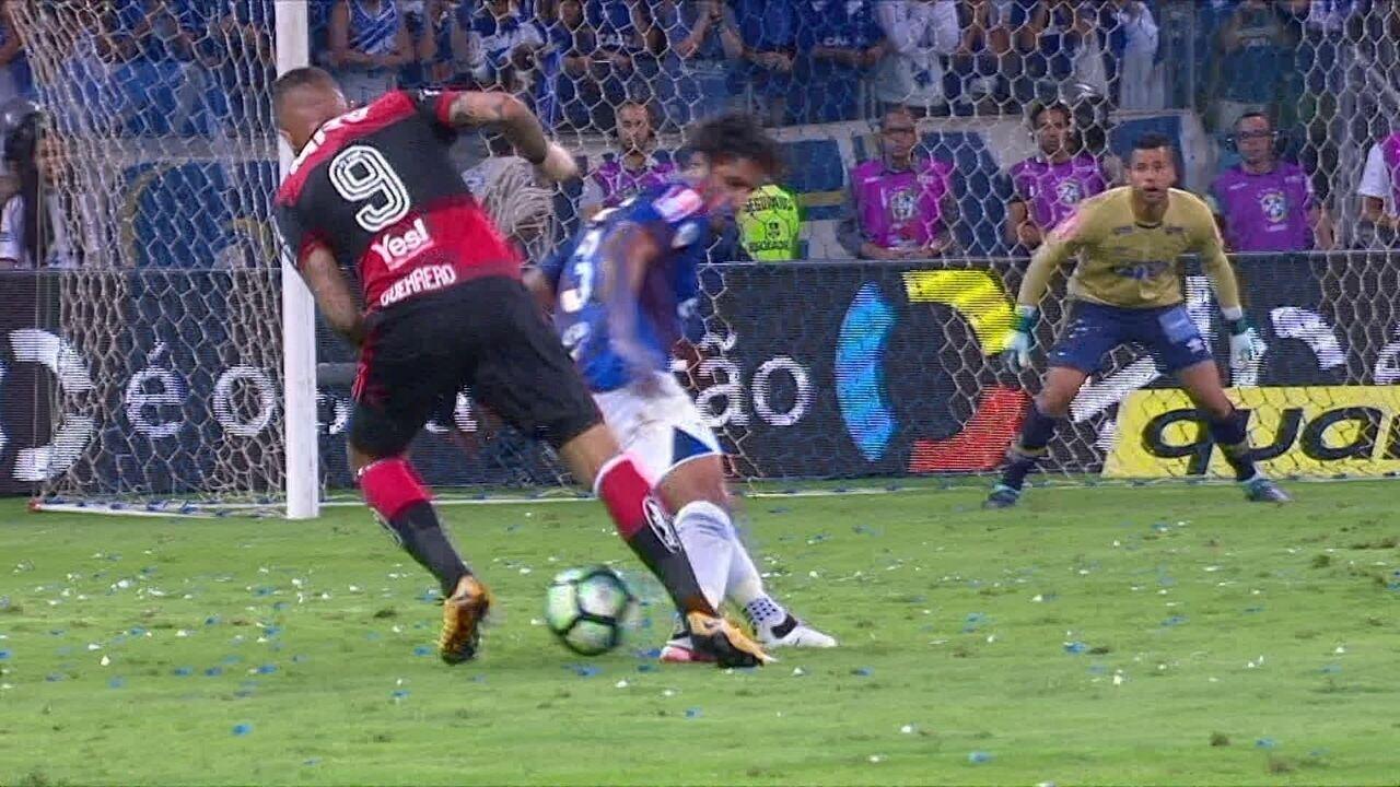 Léo comenta título do Cruzeiro e fala como fez para anular Guerrero