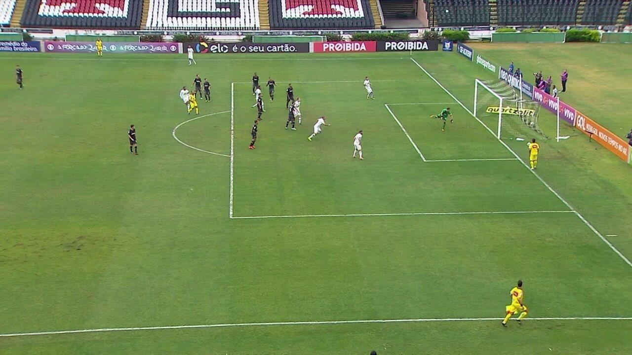 Reinaldo toca por cobertura e faz um belo gol sobre o Vasco