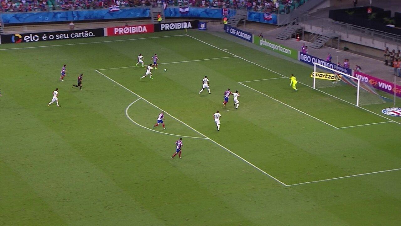 Juninho Capixaba cruza rasteiro, mas Rodrigão não consegue chegar, aos 28' do 2º Tempo