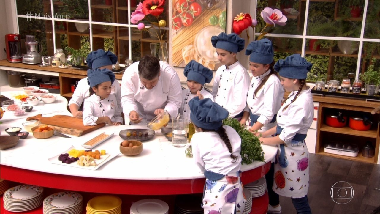 Garotada participando de workshop sobre espetinhos com o chef Carlos Kristensen