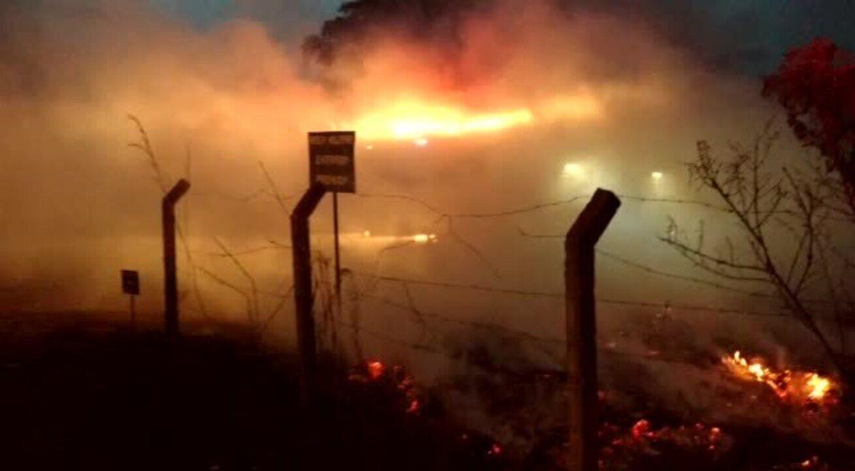 Incêndio de média proporção atinge área próxima ao Parque Nacional de Brasília
