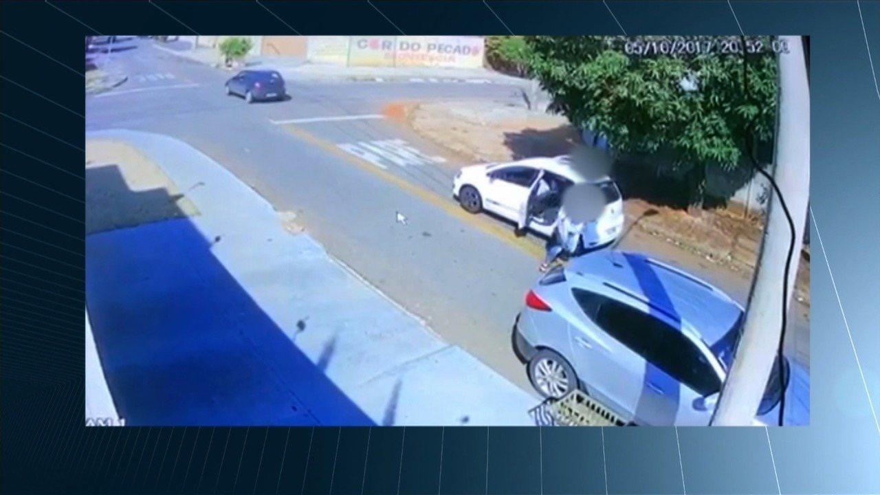 Vídeo mostra casal roubando carro de delegado em Goiânia