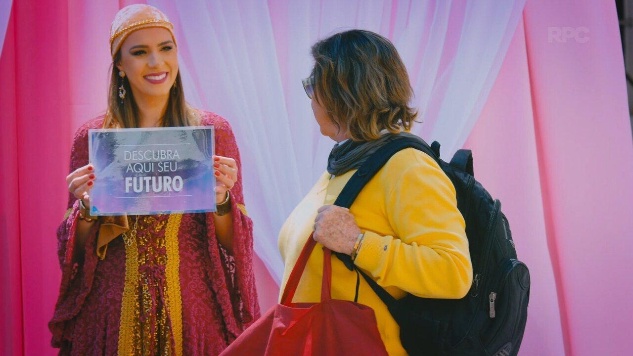 Descubra seu futuro: ação de combate ao câncer de mama deixa curitibanos curiosos