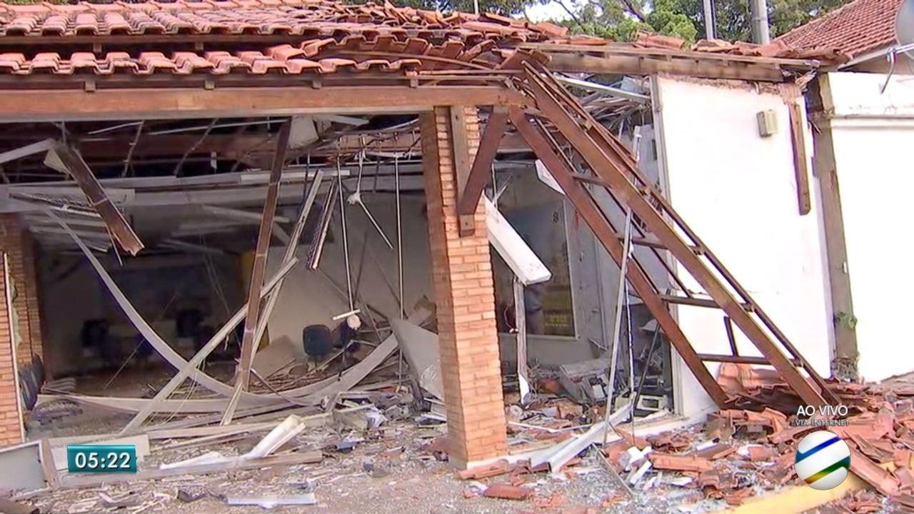 Ladrões explodem caixas eletrônicos e agência bancária fica parcialmente destruída em MS