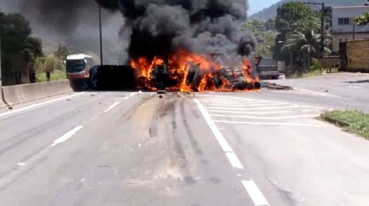 Vídeo mostra carros em chamas em acidente com mortes na BR-101, em Viana